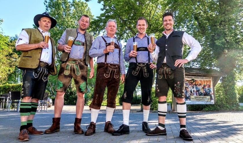 Evenard Lieverdink, Remon te Brake, Henk te Brake, Stefan Geurtsen en Pim Michels vormen de organisatie van het Weissenbrink Wein und Bierfest. Foto: Luuk Stam