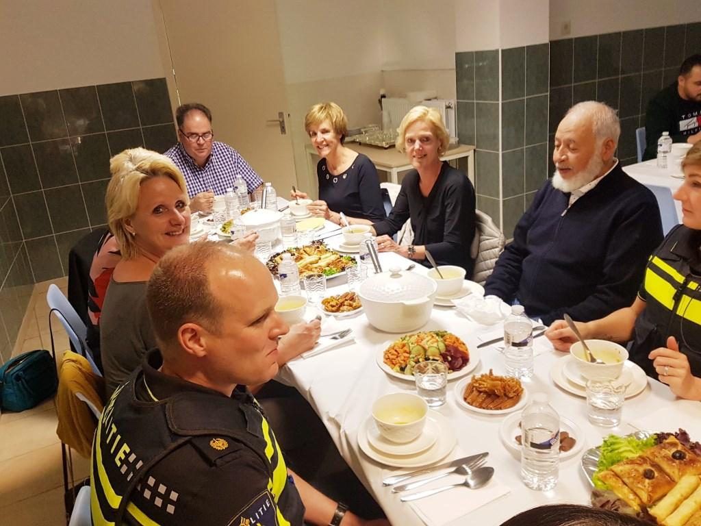 Boukhiyar Taouil aan het hoofd van de tafel met naast hem burgemeester Bronsvoort. Foto: Kyra Broshuis  © Achterhoek Nieuws b.v.