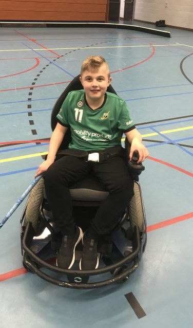 Help Tim aan een sportrolstoel. Foto: PR