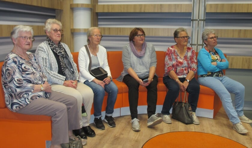 Gasten namen al plaats op de oranje bank in het nieuwe decor van De Week van Gelderland. Foto: PR
