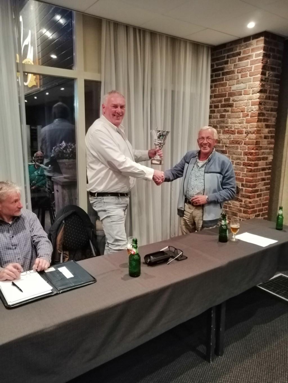 Clubkampioen Geert Koster wordt gefeliciteerd door voorzitter Gert-Jan van Vliet. Foto: Peter Rijntjes  © Achterhoek Nieuws b.v.