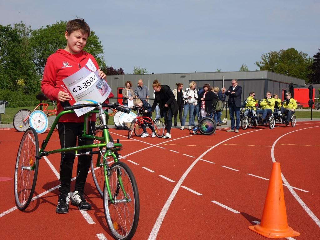 Tosten met de cheque voor Racerunners. Foto: Sis Huiskamp  © Achterhoek Nieuws b.v.