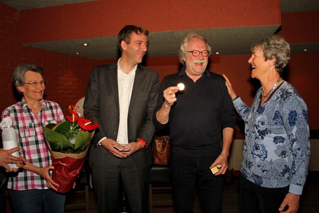Evelyne Turk, Fabien Pois, Marcel Bugter met zijn médaille Paul Belmondo en Flory Poels. Foto: Liesbeth Spaansen  © Achterhoek Nieuws b.v.