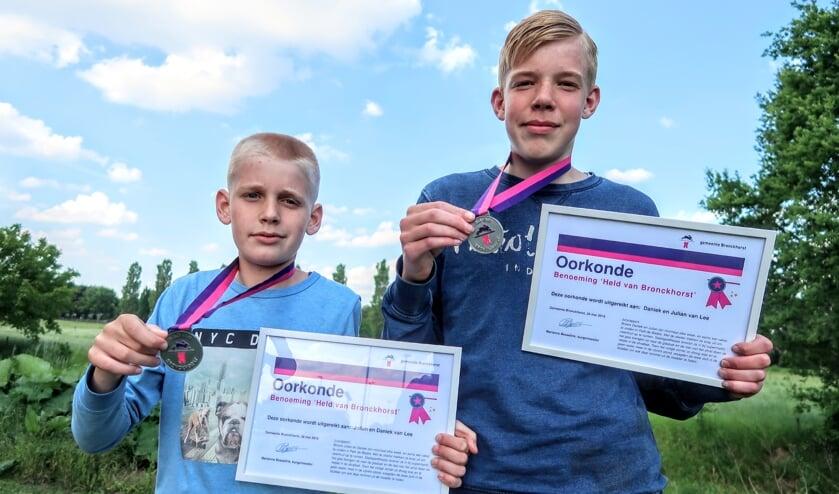 Julian (links) en zijn oudere broer Daniek van Lee ruimen geregeld zwerfafval op en kregen daarvoor een jeugdlintje. Foto: Luuk Stam