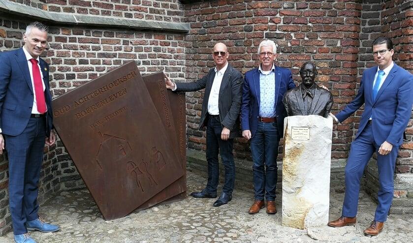 De Meesterwerken en hun scheppers Anton ter Braak (midden links) en Jan te Kulve, geflankeerd door Burgemeester van Oostrum (r) en Peter Nieuwenhuis. Foto: Rob Weeber