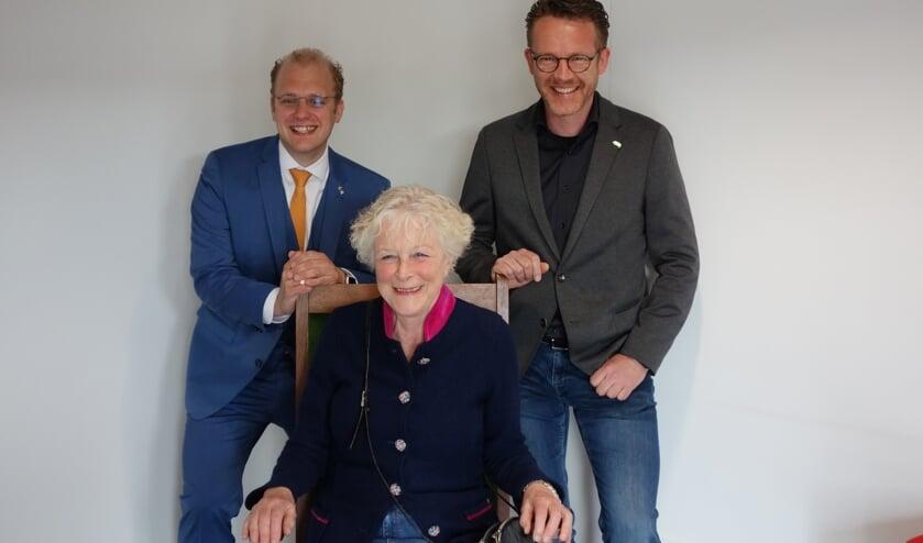 Joris Bengevoord,  oud-burgemeester Christine Stigter in de stoel en Jurgen van Ast. Foto: Clemens Bielen