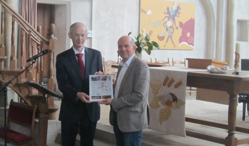 Willem van den Berg, voorzitter van de stichting Vrienden van de Jacobskerk overhandigde eerste exemplaar folder Museum kwartet aan wethouder Aalderink. Foto: Bernhard Harfsterkamp