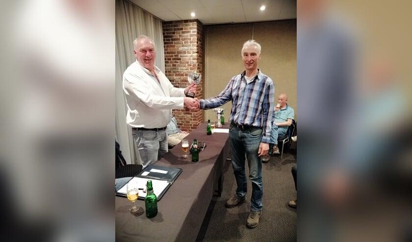 Gert-Jan van Vliet overhandigt de beker aan winnaar René Orriens. Foto: Peter Rijntjes