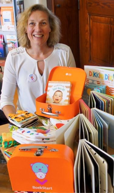Susan Willemsen tussen de boekstartmaterialen: 'Kinderen die als baby al zijn voorgelezen, zijn later beter in taal.' Foto: Susan Wiendels