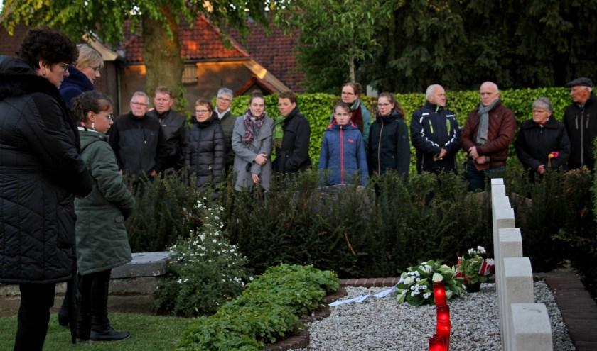 Raadslid Everdien Berendsen, burgemeester Marianne Besselink en jeugdburgemeester Evi Otten eren de omgekomen vliegeniers. Foto: Achterhoekfoto.nl/Liesbeth Spaansen