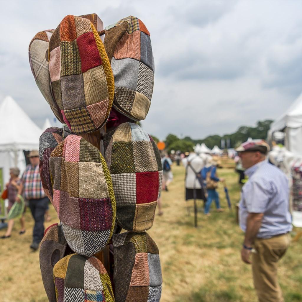 Heel veel kleding, ook voor mannen, is te koop op de fair. Foto: Henk van Raaij  © Achterhoek Nieuws b.v.
