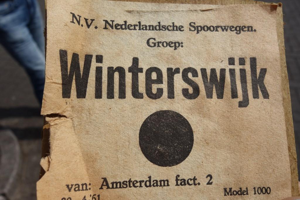 De sticker roept vragen op. Foto: Clemens Bielen  © Achterhoek Nieuws b.v.