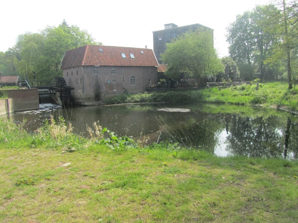 De watermolen met ernaast het terras. Foto: Bernhard Harfsterkamp  © Achterhoek Nieuws b.v.