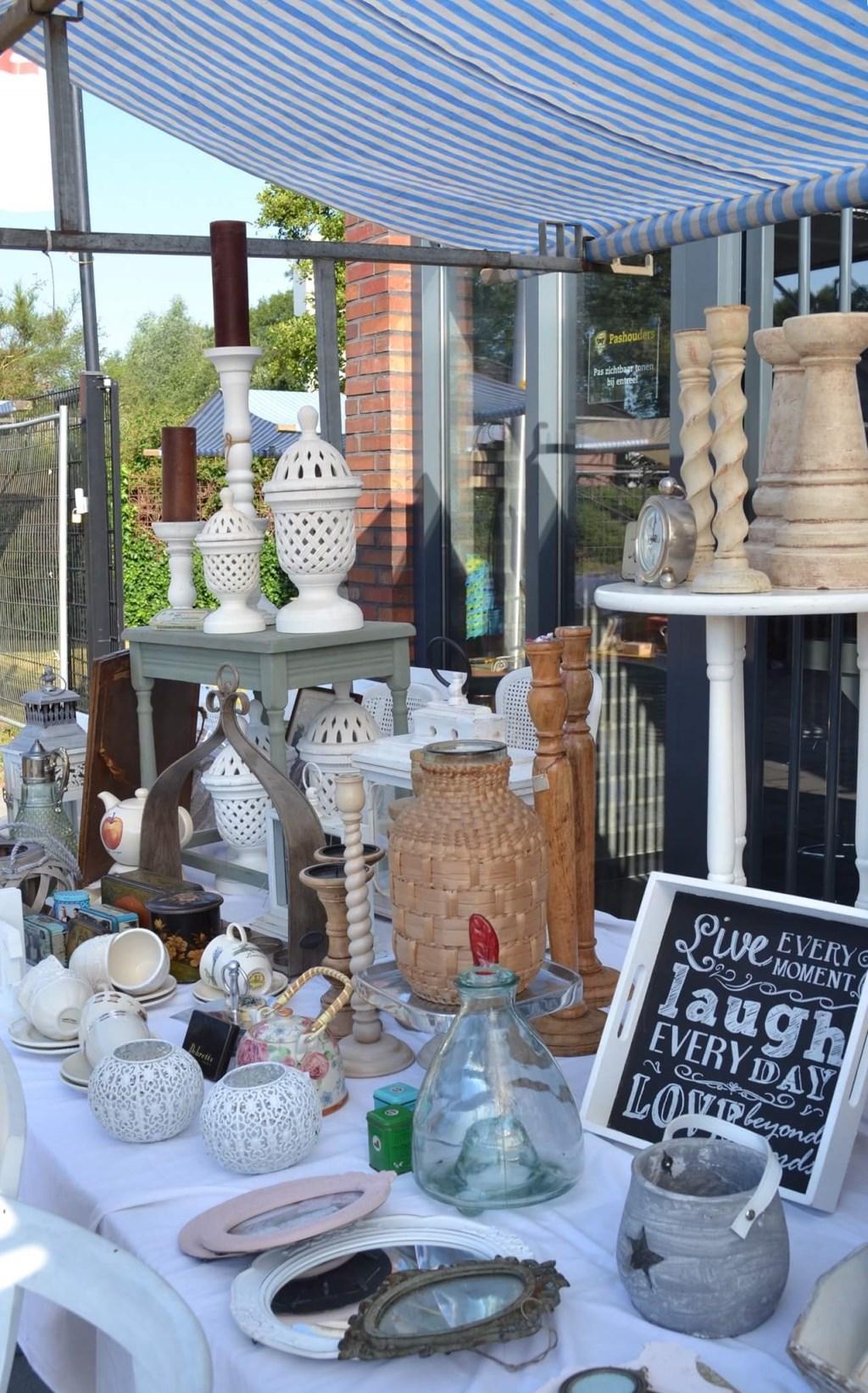 Kom kijken of er iets van je gading te koop is tijdens de rommelmarkt. Foto: PR FC Winterswijk,  Marco ter Haar