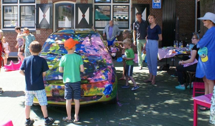 De hele dag verandert de auto van kleur. Foto: PR
