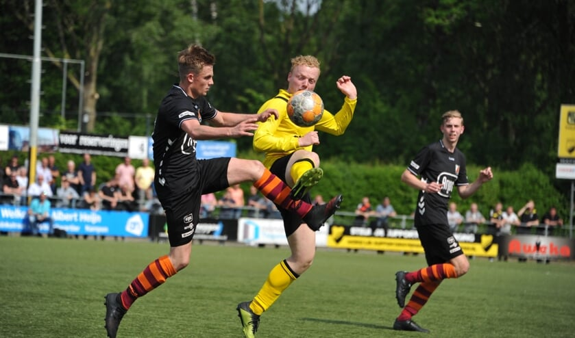 Duel tijdens DOS Kampen en FC Zutphen zat. 1. Foto: Hans ten Brinke