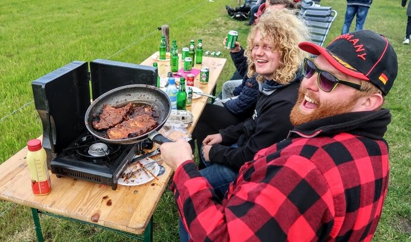 Een groep Puttense vrienden zorgde zelf voor wat te eten aan de rand van het circuit. Foto: Luuk Stam