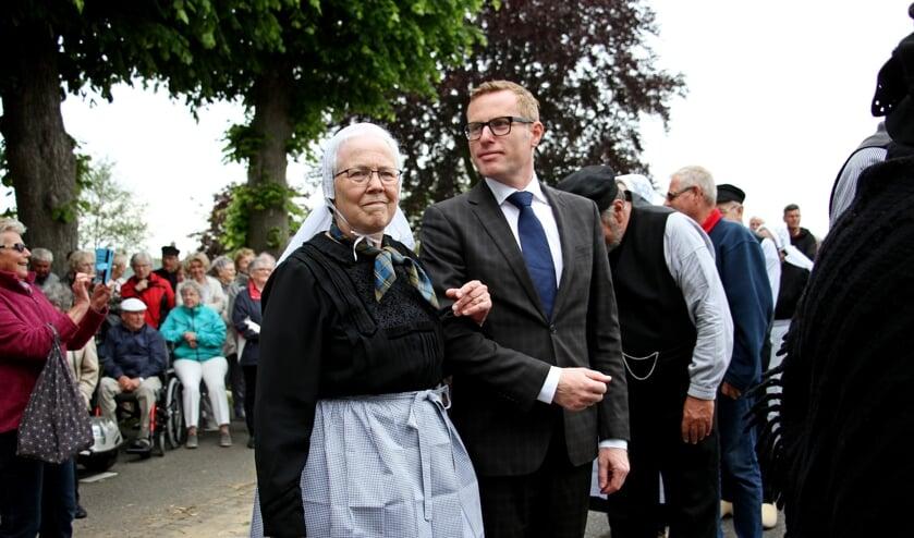 Dagelijks bestuurslid van Wi'j Eren 't Olde, Gerrie Luesink-Nijenhuis danst met wethouder Willem Buunk. Foto: Achterhoekfoto.nl/Liesbeth Spaansen
