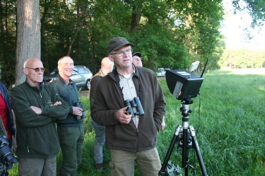 Gerrit Nijeweide kijkt over er warmtebronnen gevonden worden in het veld. Foto: Verona Westera  © Achterhoek Nieuws b.v.