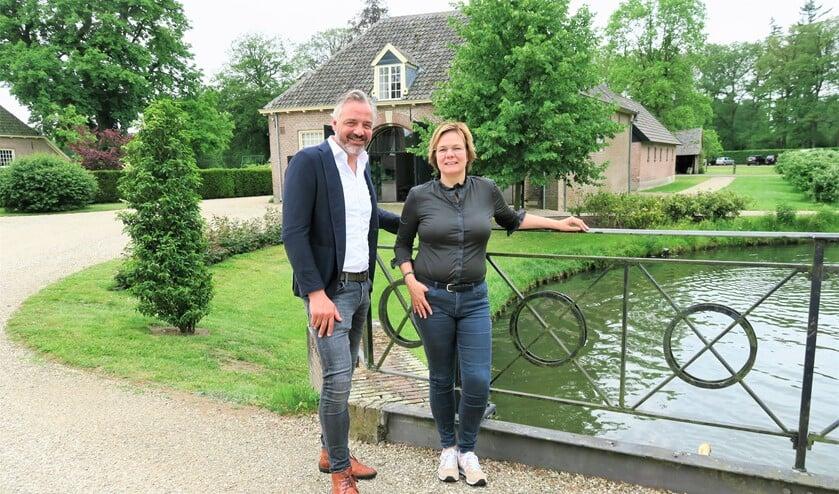 Dennis en Baukje Rondeel van Zaviro - Zakelijk Vitaal, staand voor Het Koetshuis op het Landgoed Zelle. Foto: Theo Huijskes