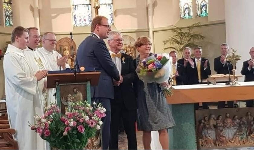 In het bijzijn van zijn vrouw ontving Bart Risavy de koninklijke onderscheiding uit handen van burgemeester Mark Boumans. Foto: PR