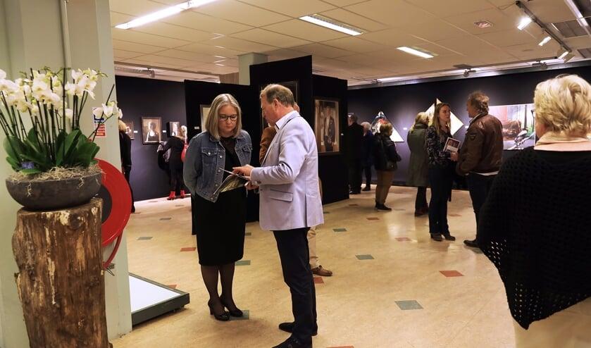 Bezoekers in de galerie De Smidse waarin de kunstwerken over Mathilde te zien zijn. Foto: PR