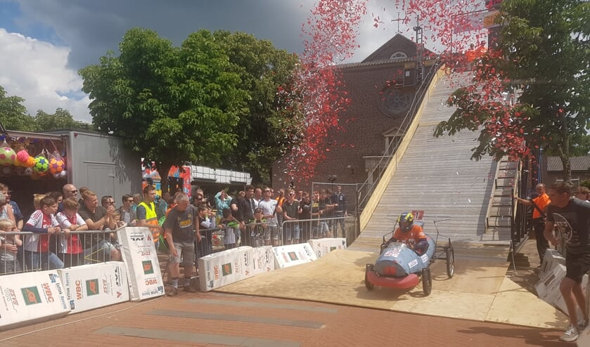 Team Den Esch rijdt als eerste de 7 meter hoge schans af bij de Zeepkistenrace in Lievelde. Foto: Kyra Broshuis