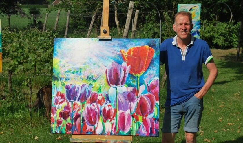 Henk Stemerdink bij een van zijn schilderijen. Foto: Neeltje Huisman