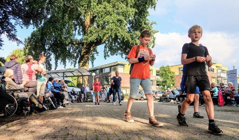 Deelnemers aan de Hengelose avondvierdaagse konden donderdag bij woonzorgcentrum De Bleijke wat lekkers krijgen. Foto: Luuk Stam