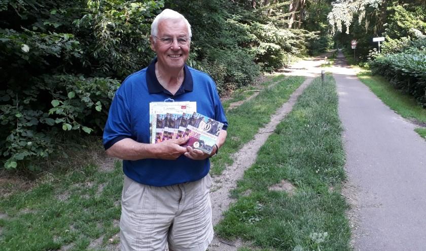 Henny Dokter met een aantal AchterOmmetjes in zijn hand; het toeristische informatieboekje van Drempt, Hummelo en Keppel dat 10 jaar bestaat. Foto: Ceciel Bremer