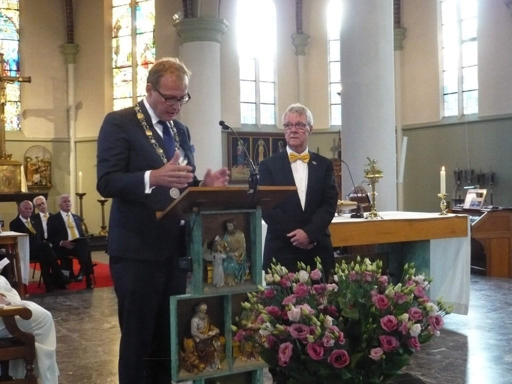 Het was een grote verrassing van Bart Risavy dat hij een koninklijke onderscheiding ontving uit handen van burgemeester Mark Boumans. Foto: PR  © Achterhoek Nieuws b.v.
