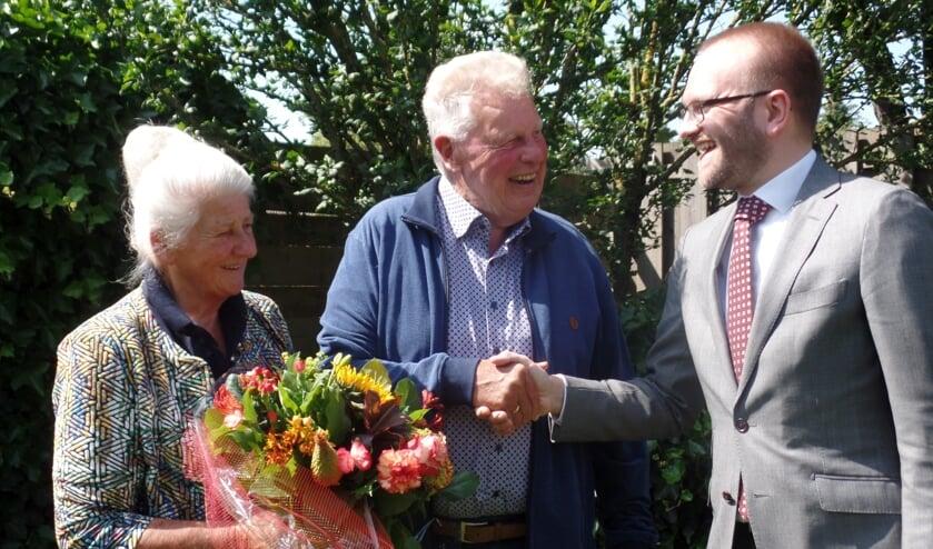 Wethouder Gerjan Teselink kwam Wim en Dika Roekevisch feliciteren met hun zestig jarig huwelijk. Foto: Jan Hendriksen.