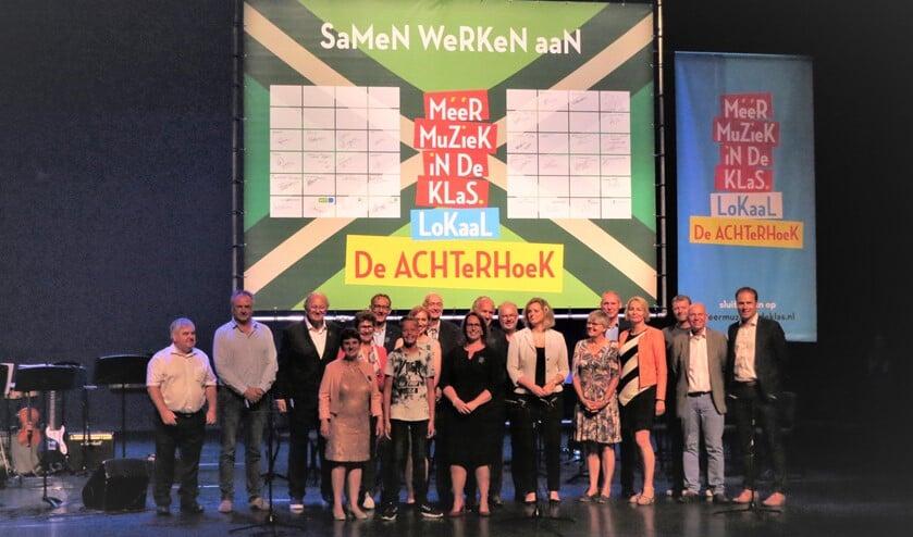 Afgevaardigden van partijen die in Schouwburg Amphion het convenant 'Meer Muziek in de Klas' tekenden. Foto: Josée Gruwel