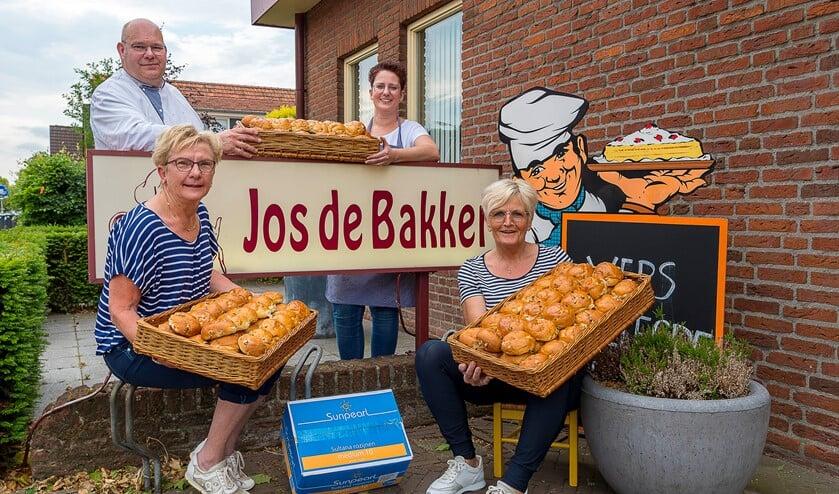 Krentenbollenactie van Excelsior en Jos de Bakker. Foto: Henk van Raaij