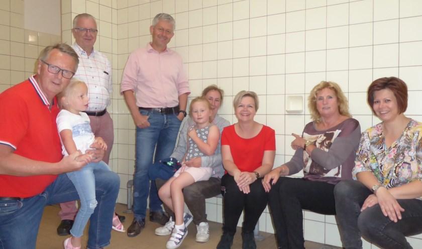 Henk Groote (Raadslid Lijst Groot Montferland) met Ivy, Henk Tomas (Commissielid VVD), Peter Wagelaar (Voorzitter Laetare), Debby te Kaat (Voorzitter Sportvereniging Wilskracht) met Mila, Miranda van Balveren (Raadslid Lokaal Belang Montferland, LBM), Dini Burgers (Raadslid PvdA) en Ellen Witt (ComCommissielid LBM) zittend (vlnr) op de verouderde warmwaterbuis bij de nostalgische zeepbakjes. Foto: Pauline Redlich
