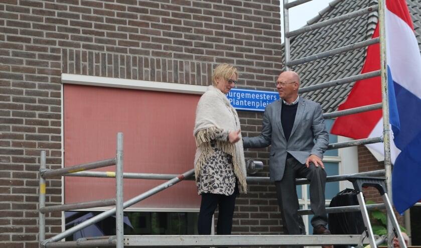Burgemeester Marianne Besselink schroefde het nieuwe straatnaambord op De Kei. Foto: Anita Bongers