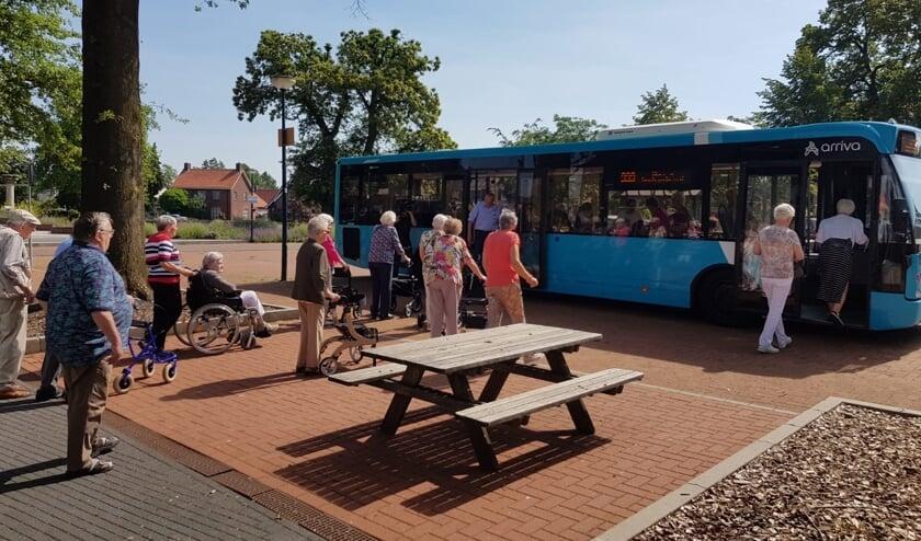 De bus van Arriva reed voor om de Eetcafé-bezoekers naar het 'geheime' reisdoel te brengen. Foto: PR