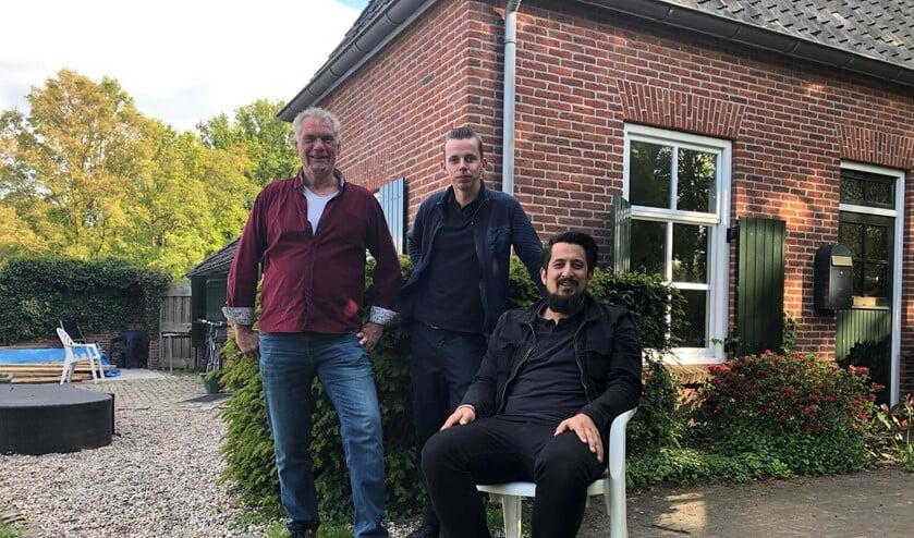 Vrijwilliger Eddy Leemkuil, bewoner Stefan Hassing en beroepskracht David van Bolderen bij het 'moederhuis' van de JOD. Foto: Miriam Szalata