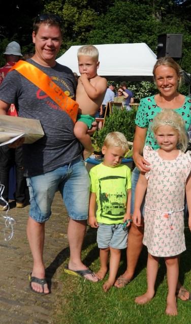 De nieuwe schutterskoning van buurtschap De Wildenborch Johan Addink met zijn familieleden. Foto: Johan Braakman