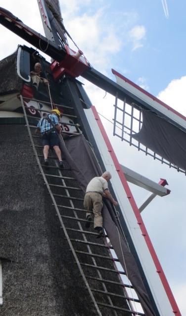 Natasja Klein Nulent en Jos Kablau waren zaterdag samen met Henk Ruiterkamp druk in touw om de zeilen te vervangen. Foto: PR.