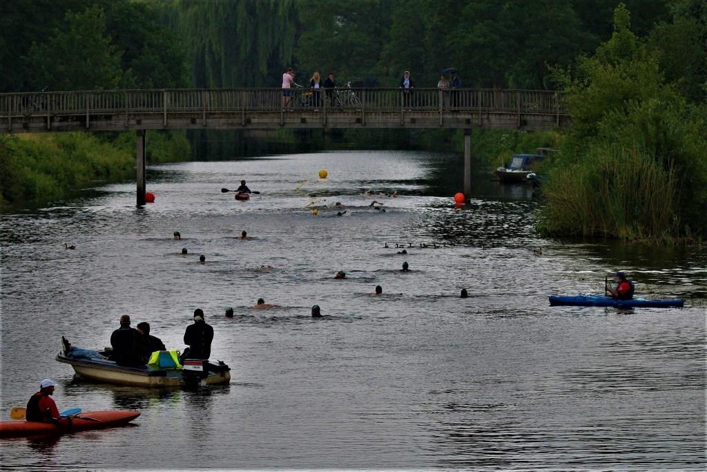 Zwemmen in de Oude IJssel. Foto: Bernhold Nijland  © Achterhoek Nieuws b.v.