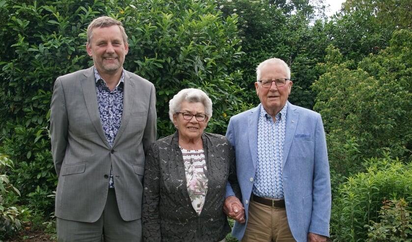 Het echtpaar Geurink samen met burgemeester Anton Stapelkamp. Foto: Frank Vinkenvleugel