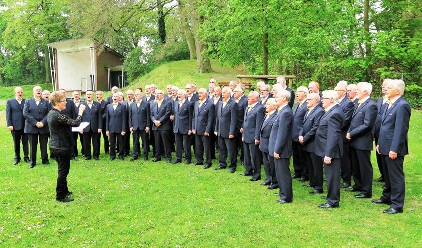 Inter Nos zingt op de Maliebaan. Deze keer bij de door de mannenzangvereniging aangeboden zitbank. Foto: Theo Huijskes
