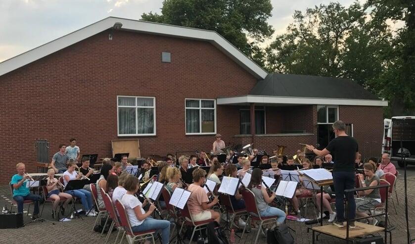 Er wordt flink geoefend door het orkest, ook in de buitenlucht. Foto: PR Concordia