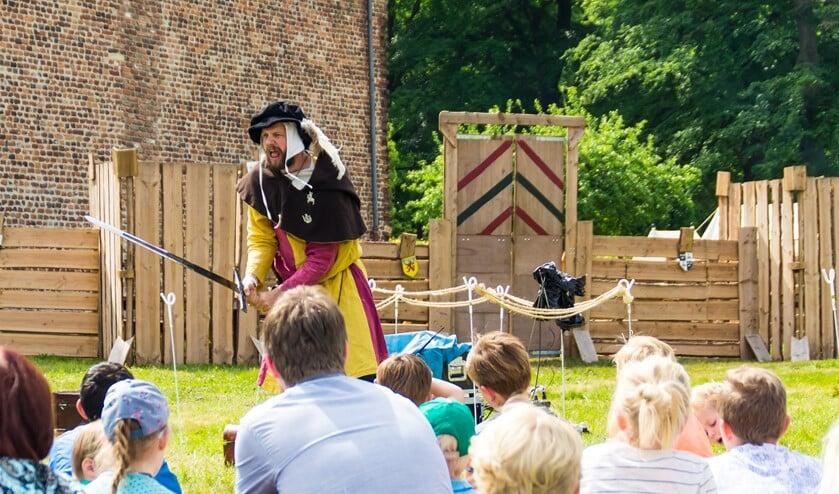 De verhalenverteller boeit zijn publiek. Foto: PR