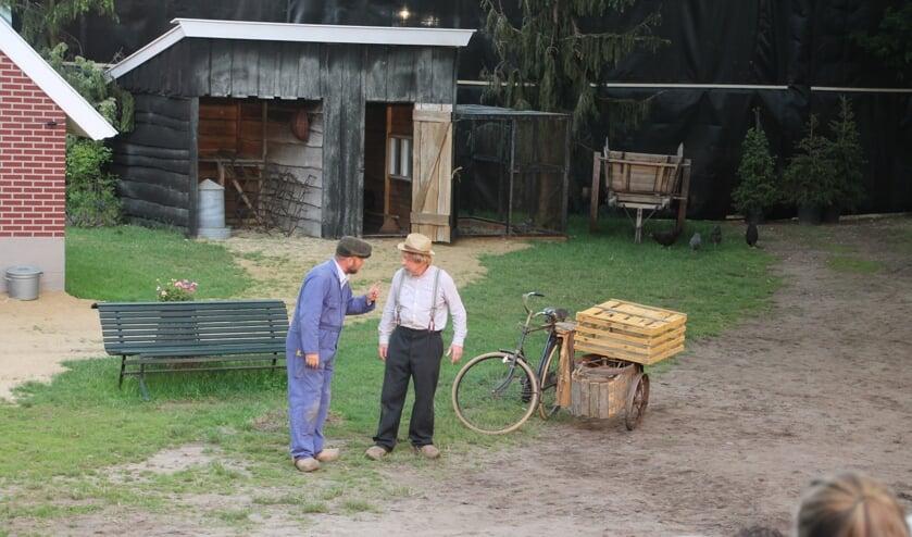 Derk in gesprek met Kippengert (rechts), eigenaar van de fiets met zijspan. Foto: Lydia ter Welle