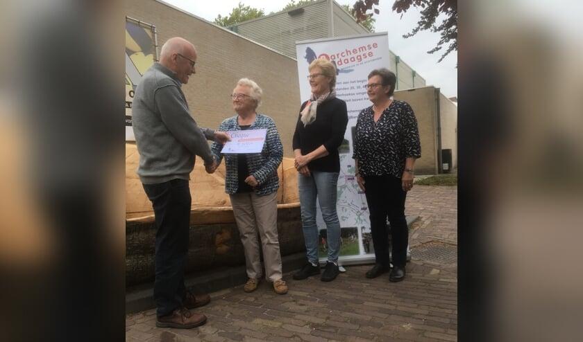 Henk Luesink overhandigt de cheque aan 'senior' Annie Luesink, onder het toeziend oog van bestuursleden Anneke Koeleman en Ada Lievestro. Foto: Eddy Brinkman