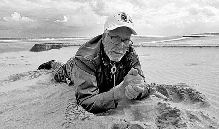Scott-Bowden tijdens een reconstructie van zijn missie het strand ten behoeve van een tv-documentaire. Foto: PR