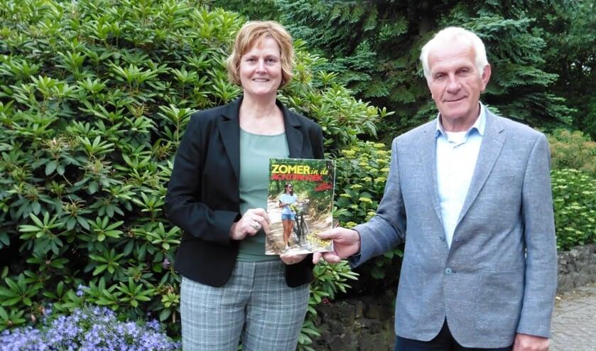 Jeannet Stoverink en Henry Waalderbos van de beheercommissie H. Werenfriduskerk met het magazine 'Zomer in de Achterhoek'. Foto: PR