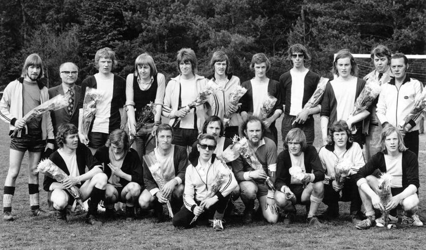 Het kampioensteam van Vorden 1 in de 1e klas GVB in 1974-1975 met o.a. André en Ernst Te Velthuis, Henk Steintjes, Jan Stegeman, Henk Hengeveld, Gerard Meijer, Gerard ter Beest, Bertus Nijenhuis, Tonnie Meijer en Geert Heersink. Foto: PR